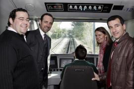 José Ramón Bauzá (2. v.l.) bei der Einweihung des neuen Elektrozugs auf der Strecke Palma-Inca.