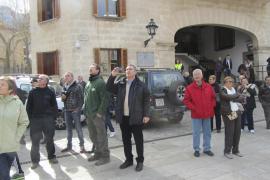 Baumfällarbeiten in Sóller: Bürgermeister Carlos Simarro (m) hält die Arbeiten mit der Kamera fest.