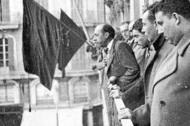 Emili Darder als Bürgermeister auf dem Rathausbalkon in Palma.