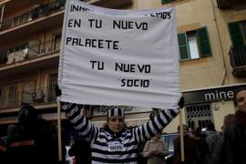 Eine als Gefängnisinsassin verkleidete Demonstrantin heißt Urdangarin spaßeshalber in seinem neuen Zuhause willkommen: im Knast.