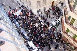 Einige Hundert Demonstranten drängten sich an den Absperrungen, die die Polizei aufgestellt hatte.