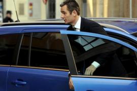 Iñaki Urdangarin am Sonntamorgen auf dem Weg zu seiner Vernehmung. Wie schon am Samstag fuhr er in einem blauen Opel vor.
