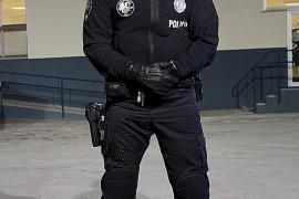 Dunkelblau, praktisch - und recht militärisch anmutend: die neue Dienstuniform der Policía Local in Palma.