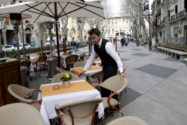 Auf dem Paseo del Born dürfen ab sofort Tische und Stühle stehen.