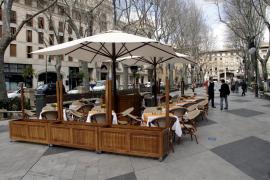 Auf Palmas Paseo del Born dürfen ab sofort Tische und Stühle stehen.