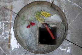 Befürworter der Königsskulptur legen Blumen am ehemaligen Standort nieder.