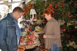 An Cucas schön dekoriertem Fruchtstand kauft Klaus Zeumer am liebsten sein Obst und bleibt auf ein Schwätzchen.