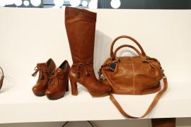 """Schuhe und Stiefel der mallorquinischen Firma """"Som.mits"""" auf der Messe Modacalzado in Madrid."""