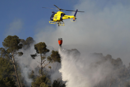 Waldbrand bei Bunyola. Auch drei Hubschrauber und ein Löschflugzeug bekämpften die Flammen.