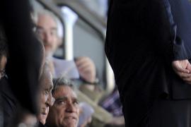 Klubpräsident Jaume Cladera (ganz links) verweigerte dem Deutschen den Handschlag.