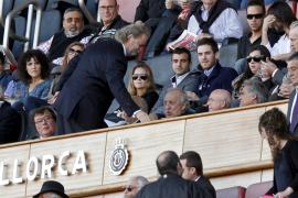 Hauptanteilseigner Llorenç Serra Ferrer erwiderte Claassens Handschlag.