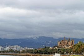 So präsentierte sich Palma zu Frühlingsbeginn am Dienstag . Am Mittwoch sah der Himmel nicht viel anders aus.