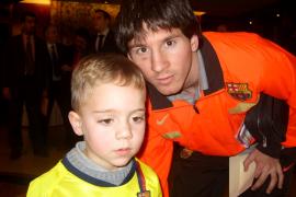 Toni (l.) aus Mallorca mit seinem großen Idol Lionel Messi.