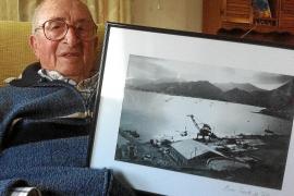 Matías Barceló Frau mit einer seiner Luftaufnahmen von der Bucht von Pollença, 1941. Dort war der Mallorquiner acht Jahre als So