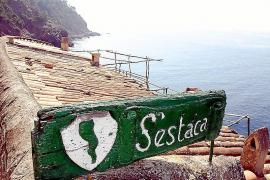 Ein verwittertes Holzschild empfängt die Besucher von S'Estaca.