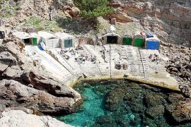 Die Bootshäuser von S'Estacan bei Valldemossa. Die Rampe davor wird von Ausflüglern gerne als Picknickplatz genutzt.