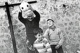 Joan Miró und seine Enkelkinder.