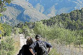 """Jürgen Bungert auf einer Wanderung im Naturpark """"Reserva Puig de Galatzó"""" mit Ehefrau Margret."""