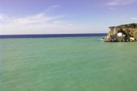 Der Seegang wirbelt den Sand auf und verfärbt das Meer.