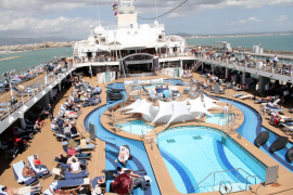 """Während die """"Mein Schiff 2"""" in Palma lag, war  das Pooldeck gut gefüllt."""