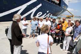 MM-Chefredakteur Bernd Jogalla begrüßt die Gewinner der Schiffsbesichtigung.