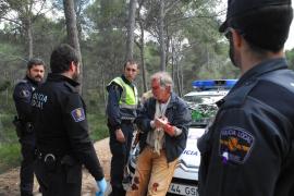 Beamte der Ortspolizei helfen dem Verunglückten.
