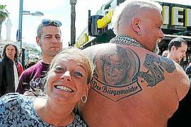 """""""Der Bürgermeister"""" trägt sein Konterfei nochmal auf dem Rücken. Er singt, ginge aber auch als Catcher durch."""