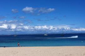 Sonntagnachmittag: Blauer Himmel am Strand von Palmanova.