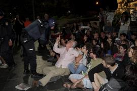Der Vorsitzende des Vereins für Menschenrechte, Bernat Vicens, diskutiert mit einem Polizisten das Vorgehen der Beamten gegen di
