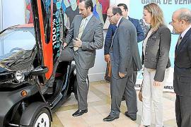 Ist der Twizy dienstwagentauglich? Premier Bauzá nimmt schon einmal zur Probe Platz.