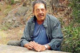 Andreu Morell Pol am steinernen Picknicktisch bei der Font de l'Ermita in der Nähe von Bendinat.