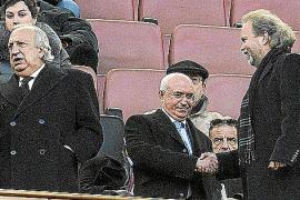 Utz Claassen mit Klubchef Jaume Cladera (l.) und Mehrheitseigner Llorenç Serra Ferrer auf der Ehrentribüne des Stadions in Son M