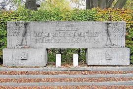 """""""Den Toten des Panzerschiffes Deutschland - gefallen am 29. Mai 1937 vor Ibiza"""" steht auf dem Grab-Denkmal im Marine-Friedhof vo"""