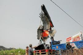 Der Lastkran hebt die drei Tonnen schwere Skulptur an.