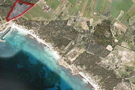 Links das geplante Baugrundstück, am rechten unteren Bildrand beginnt der Naturstrand Es Trenc.