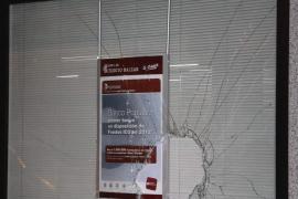 Mit einem Vorschlaghammer zerstörte der Mann mehrere Schaufenster.