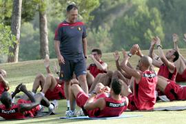 Real Mallorca trainiert auf dem Golfplatz Son Quint. Stehend: Trainer Joaquín Caparrós.