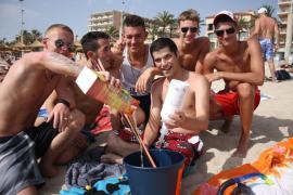 Diese Gruppe junger Männer aus Köln mixt sich einen Kokosrum-Ananassaft-Eimer.