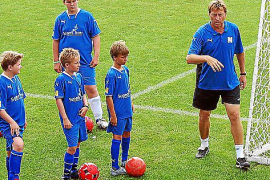 Tagesgeschäft: Michael Kutzop ist Leiter der Fußballschule. Er spielte mit Rudi Völler zusammen in Offenbach und Bremen.