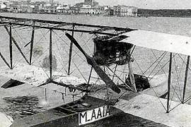 Das Wasserflugzeug der Flugschule von Ángel Orté 1922 in Portocolom. Nach einer Bruchlandung stand die Schule vor dem Aus.
