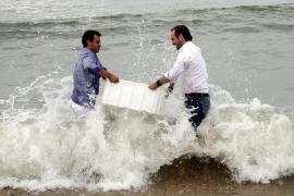 Der Ministerpräsident (rechts) und sein Minister wurden bis zur Hüfte nass.