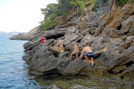 Coasteering-Tour auf der Halbinsel La Victòria im Norden Mallorcas. Streckenweise ist die Küste selbst für geübte Kinder geeigne