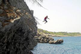 Sprung ins Meer aus neun Meter Höhe.