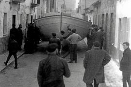 Ein fertiggestelltes Schiff wird von der Werkstatt durch die Straße Cortecera zum Meer getragen.