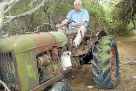 Sebastià Pascual, der Amo von Sa Coma, auf seinem ersten Traktor.
