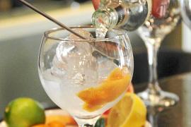 Die Limonade fließt über einen Mixerlöffel ins Glas.