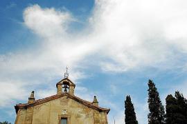 Die kleine Kreuzkirche auf dem Puig de Calvari.