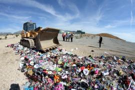 Die Planierraupe vernichtet die sichergestellten Waren.