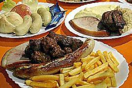 Weißwurst ohne Pelle essen? Für Spanier oft ein Novum, wie der Süßsenf dazu oder Brezn.