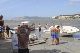 An den Strand von Santa Ponça wurden ebenfalls Boote angeschwemmt.